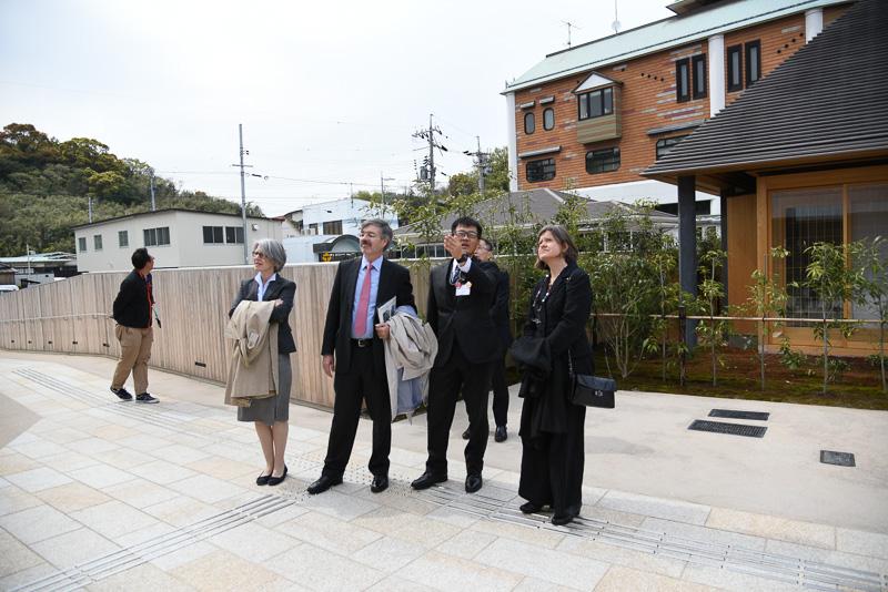 直島ホールを見学するドイツ大使一行。大使の向かって右側で野田旭氏が説明