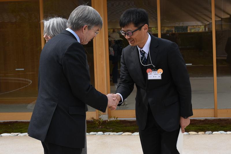 電気自動車活用や直島ホールの説明のお礼を述べ、大使は次の視察のため移動していった