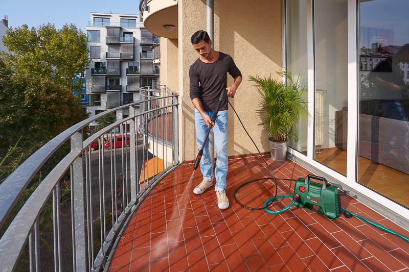 10.5MPaの最大許容圧力で汚れを短時間に除去可能。アクセサリーの「フォームノズル」は細かい泡立ちで洗車などにも利用できる