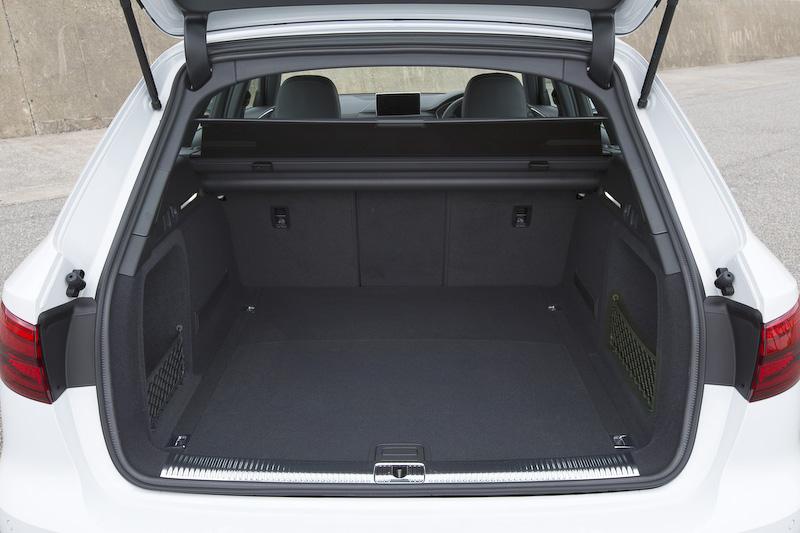 荷室容量は5人乗りの状態で505L、後席のバックレストを畳むことで最大1510Lまで拡大可能