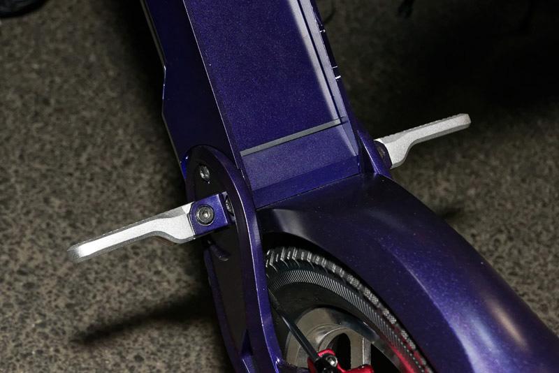 ステップは一般的なオートバイと似ているが、ややバックステップ気味