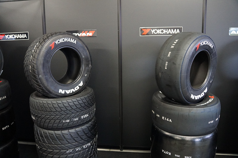 ヨコハマのスーパーフォーミュラ用タイヤ。左がウェット用、右がドライ用