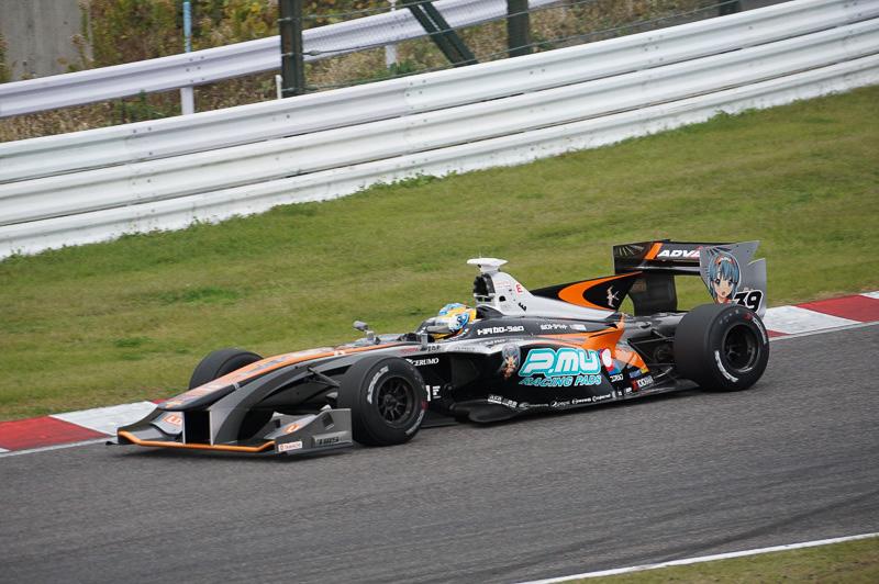 今シーズンはカーナンバー1をつけて走る石浦宏明選手(写真は5枚すべて2015年11月の鈴鹿テストで撮影)