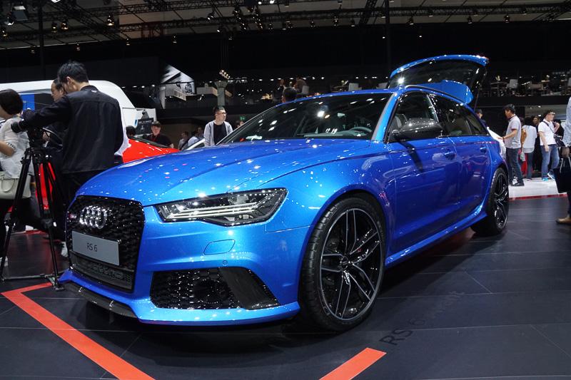 ブルーのボディーカラーでRSモデルなどを、レッドのボディーカラーでSモデルなどを用意。ハイパフォーマンスモデルを中心に展示した
