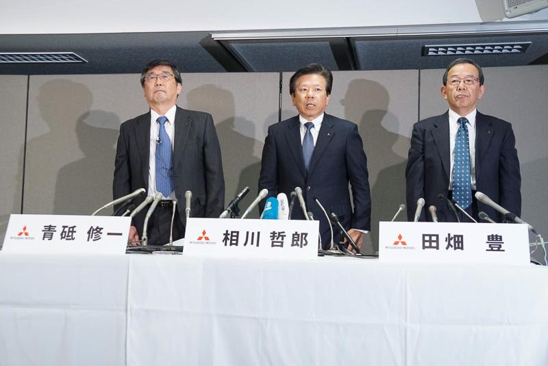 三菱自動車工業は2015年度決算を発表。記者会見に取締役社長兼COOの相川哲郎氏(中央)のほか、常務取締役の青砥修一氏(左)、常務取締役の田畑豊氏(右)が出席