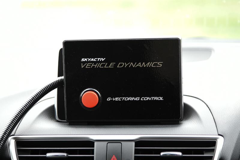 エンジンとステアリングを連携して制御することで、横方向と前後方向のGが滑らかにつながるよう統合的にコントロールするマツダの新技術「G ベクタリング コントロール」(GVC)をいち早く体感してきた。なお、今回の試乗会では写真のように機能をON/OFFできるスイッチが備わっていたが、製品化の際にはこのようなスイッチはつかないとのこと