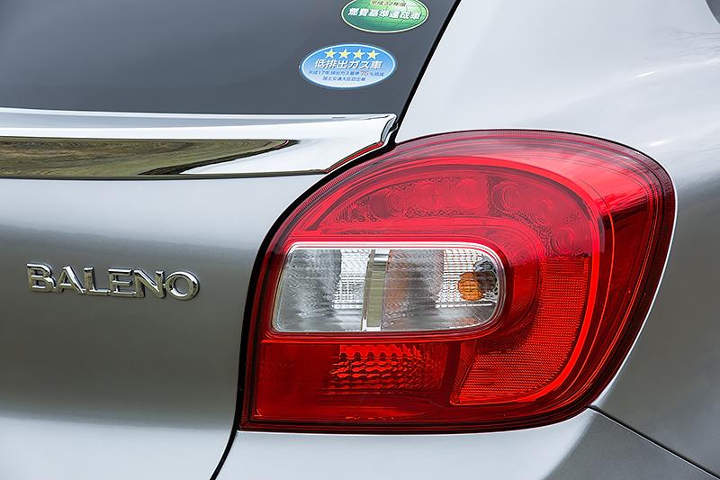 リアコンビネーションランプは全車LEDタイプだが、XT(左)は光を均一に面発光するデザインを採用する