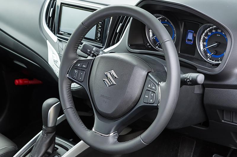 本革巻ステアリングを標準装着するXTのインパネ。自発光メーター(常時照明式)は全車で採用