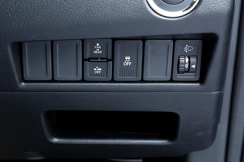 ステアリング右側に配置するスイッチ類。レーダーブレーキサポートII(RBSII)やESPのOFFスイッチも用意されている