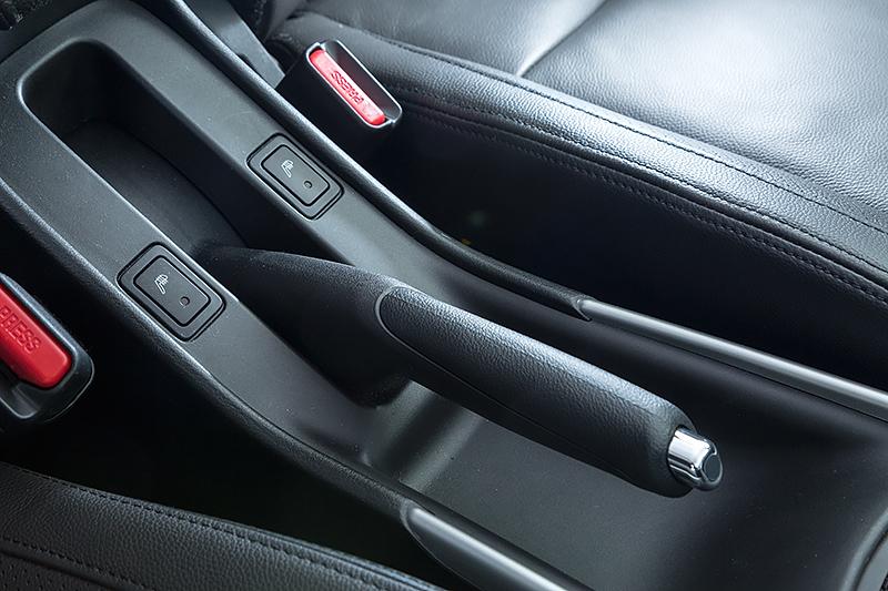 駐車ブレーキはハンドレバータイプなので、運転席の足下にはアクセルとブレーキのみを配置