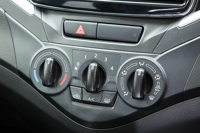 XGのトランスミッションは副変速機付きのCVT。エアコンはマニュアルタイプを採用する