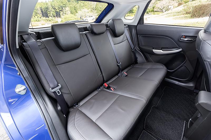 シート表皮はXT(写真左、中央)が本革、XGはファブリックを採用。全車で運転席シートリフターを備え、リアシートは6:4分割可倒となる