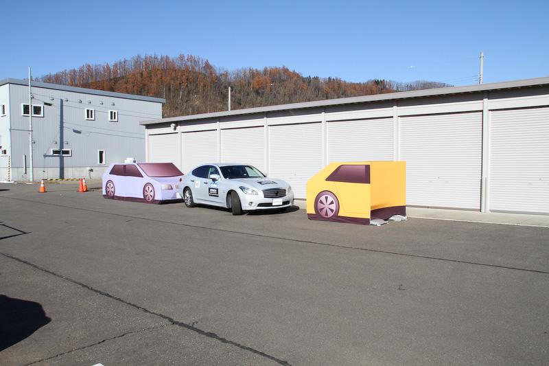フーガ ハイブリッドが自動で縦列駐車するようす。入庫~出庫をスムーズにこなした