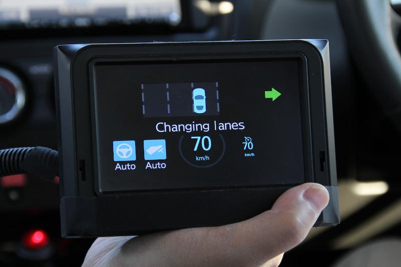 ドライバーが車線変更をしたい意思(ウインカーを出す)を示すことで「自動車線変更」を行なうことができる。写真左は後方に車両がいることを認識して「自動車線変更」はせず。写真右は追い越されたことを確認して「自動車線変更」ができることを表している