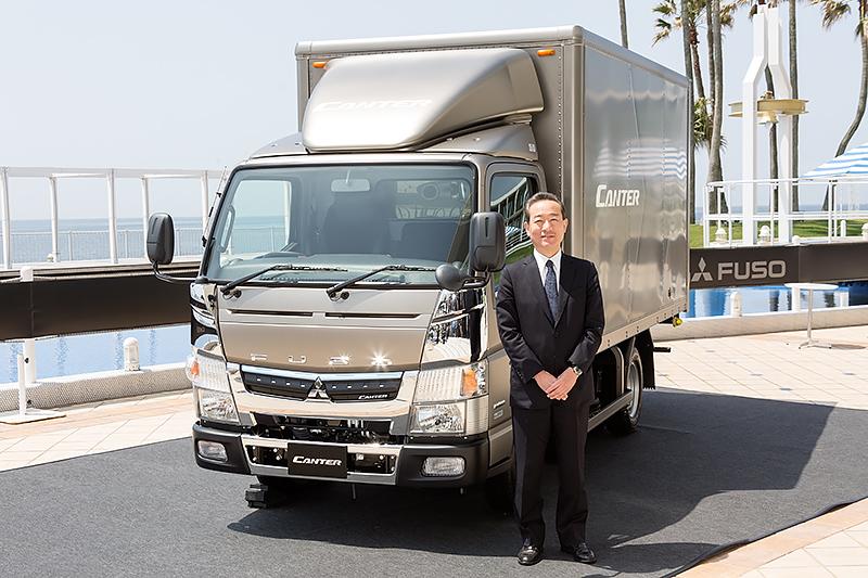 キャンター2016年モデルと三菱ふそうトラック・バス株式会社 副社長 三菱ふそうセールスジャパン 本部長 三輪為夫氏