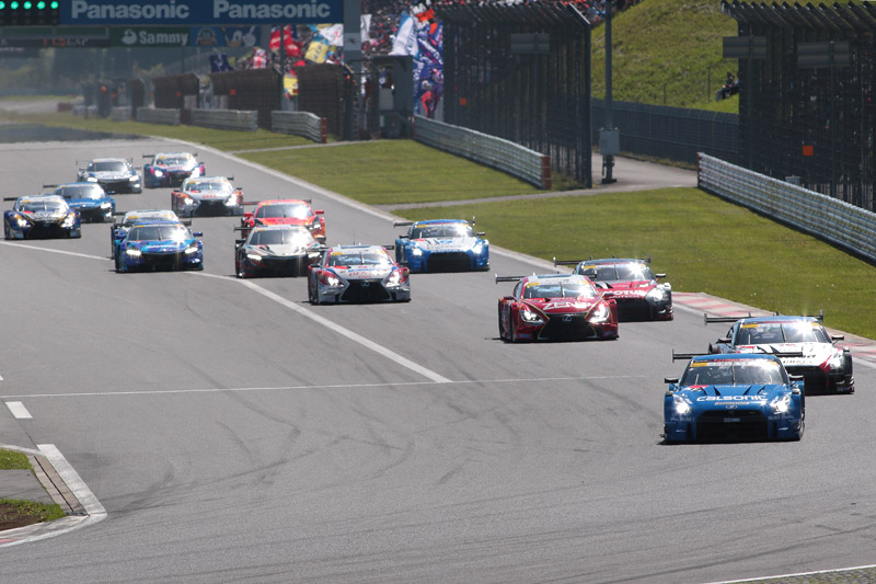 GT500クラスのスタート。予選順位どおりの静かなスタート