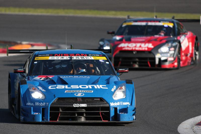 12号車と1号車の激しいトップ争い。残り4周、劇的な幕切れを迎えた