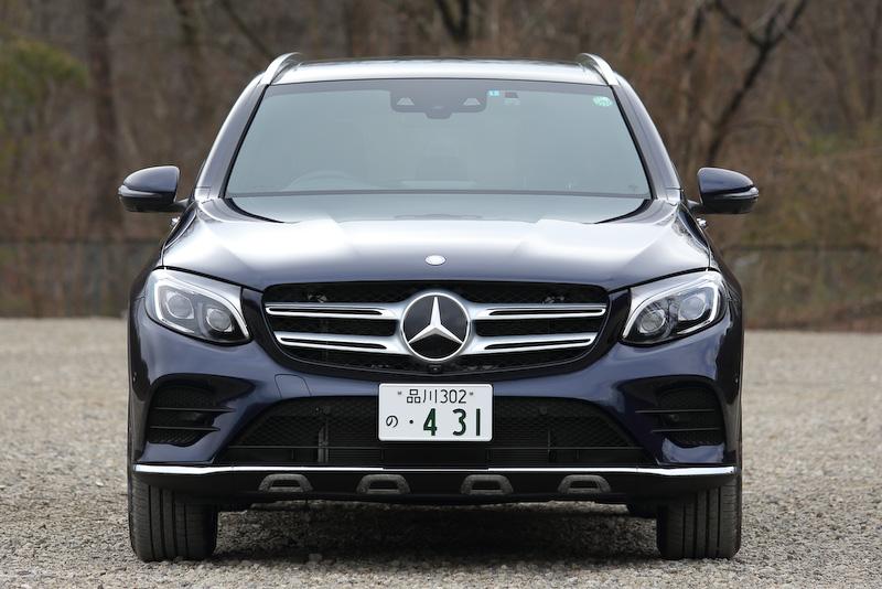 撮影したのは本革仕様のGLC 250 4MATIC Sports。ベース車のボディサイズは4670×1890×1645mm(全長×全幅×全高)だが、オプションのランニングボードを装着しているため全幅は1900mmになる。ホイールベースは2875mm。車両重量は1860kg。ボディカラーはカバンサイトブルー。価格は745万円