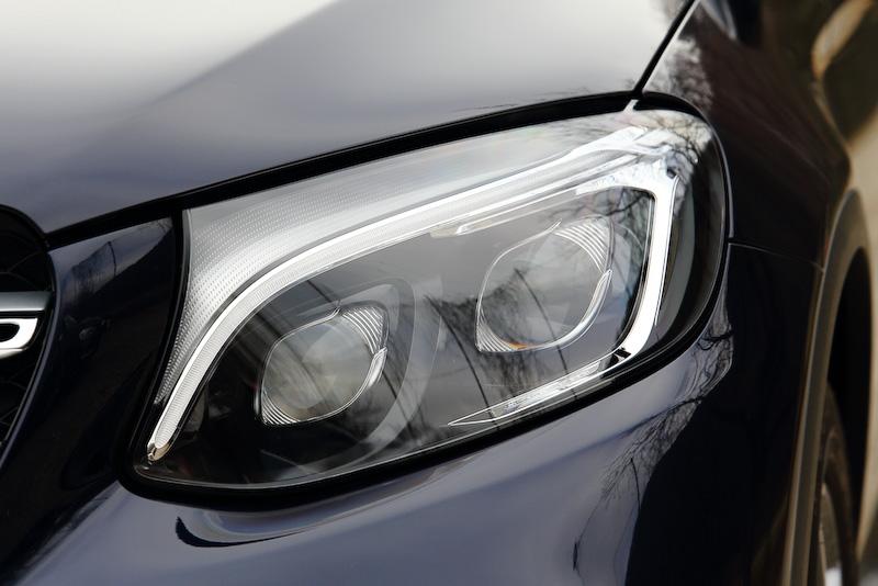 GLC 250 4MATIC Sportsでは19インチのAMG5ツインスポークアルミホイール、AMGスタイリングパッケージ(フロントスポイラー、サイド&リアスカート)、パノラミックスライディングルーフなどを標準装備。ヘッドライトとリアコンビネーションランプは全グレードともLEDが与えられる