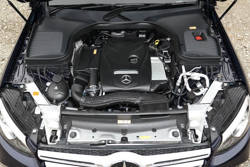 GLCが搭載する直列4気筒DOHC 2.0リッター直噴ターボ「274」型エンジンは、最高出力155kW(211PS)/5500rpm、最大トルク350Nm(35.7kgm)/1200-4000rpmを発生。JC08モード燃費は13.4km/Lをマーク