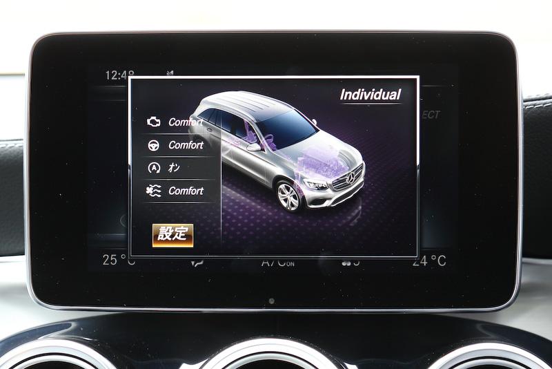 COMANDシステムの8.4インチワイドディスプレイではナビゲーションや車両周辺の状況が分かる360°カメラなどの表示が可能なほか、選んだモードに応じてエンジン、トランスミッション、ステアリングの制御、アイドリングストップやエアコンの作動状況などが変化する「ダイナミックセレクト」の選択画面などを見ることができる。「ダイナミックセレクト」では快適性を優先する「Comfort」、トランスミッションが低いエンジン回転をキープする「ECO」、エンジンレスポンスとシフトタイムがより素早くなる「Sport」、もっともダイナミックな走りを実現する「Sport+」、各種パラメーターを個別に設定できる「Individual」の5モードを用意