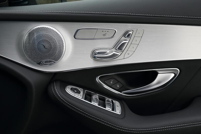 前後席にシートヒーターが備わる本革スポーツシートを標準装備。インテリアカラーはブラック、インテリアトリムはピアノラッカー調/アルミニウム