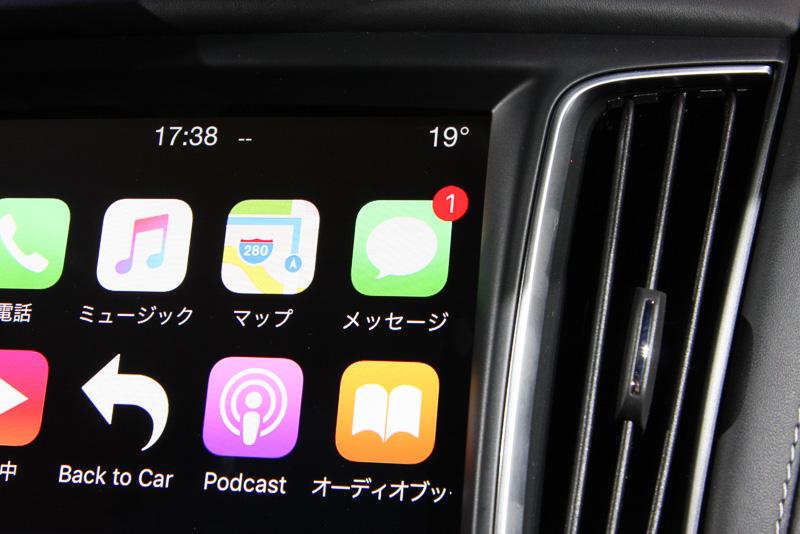 会場では展示車両を使った「CarPlay」のデモも実施。ステアリングに設置されたマイクボタンを押すことで音声アシスタントサービス「Siri」を利用して電話を掛けたり、音声入力でメッセージを作成して送信することも可能