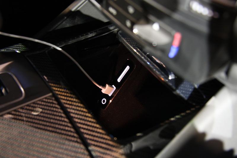 センターコンソールの奥側にUSB端子とSDカードスロット、外部入力端子などを設定。5.5インチ画面を備えるiPhone 6s Plusを収納できるスペースが用意されている