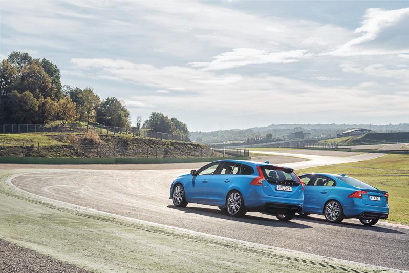 エンジンの高出力化と車体の軽量化により、0-100km/h加速4.7秒、最高速250km/h(リミッター作動)を実現