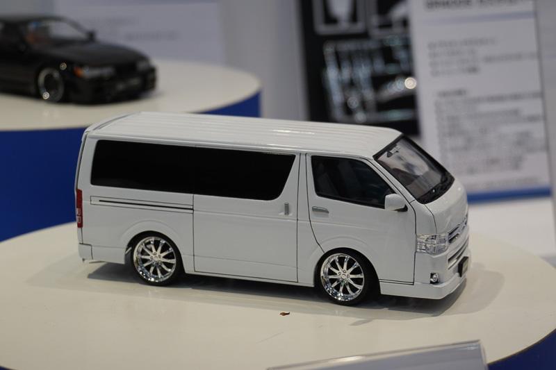 軽自動車や商用車からスーパーカーまでさまざまな種類のプラモデルを展示