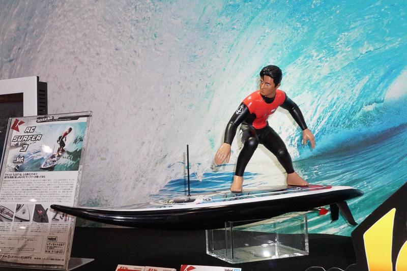 定番のラジコン「ミニッツシリーズ」のほかサーフィンを再現するラジコンも展示された