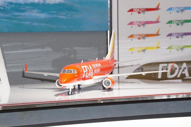 フジドリームエアラインで採用されている航空機のプラモデル1/100「フジドリームエアラインズ エンブラエル175」を展示