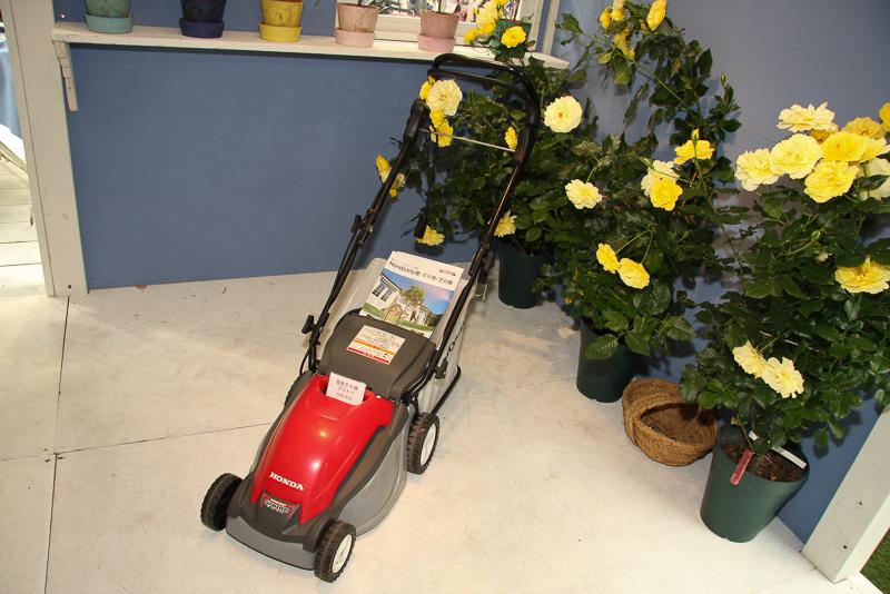 屋内スペースでも鉢植えのバラと並べて各種汎用製品を展示