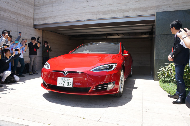 ヴィレジェ氏による操作に合わせ、無人のモデルSが車庫から出庫するシーン。その後、前進・後退による駐車デモが数回繰り返された
