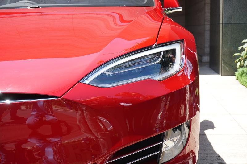 3月に公開された「モデル3」のグリルレスデザインとテイストを合わせた新しいモデルS。ヘッドライトは14LED 3ポジションのフルLEDヘッドライトを採用し、アダプティブヘッドライトのオプション設定も用意する