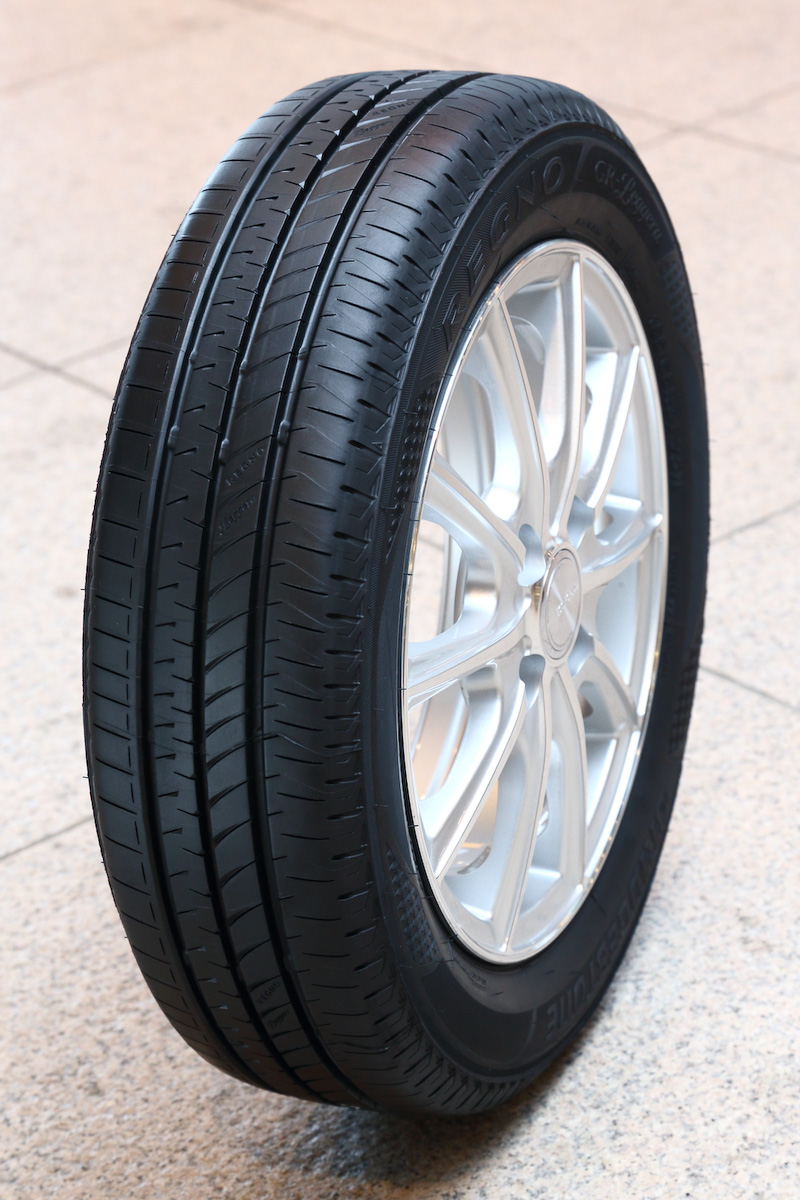 「REGNO」ブランド初の軽自動車専用タイヤ「REGNO GR-Leggera」。REGNOで培ったサイレントテクノロジーを初めて軽自動車向けに専用チューニングし、さまざまな速度域でノイズを抑制することに成功。165/55 R15 75V、165/55 R14 72V、165/55 R14 72Vの3サイズが設定され、いずれもラベリング制度で転がり抵抗性能:A、ウェットグリップ性能:bを達成