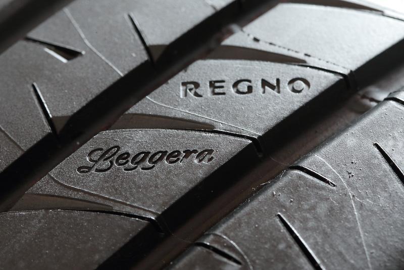 トレッド面に「REGNO」「Leggera」の刻印を与えることで高級感を高めている