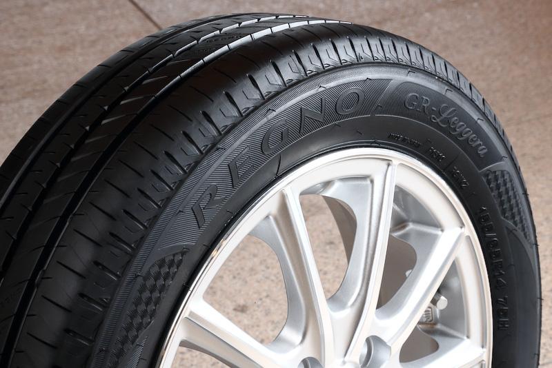 REGNOはラテン語で「王者」という意味で、GRは「GREAT BALANCE REGNO」を略称化したもの。Leggeraは「(軽自動車タイヤの)徹底的な研究と技術応用の結晶」を意味する「For leg of the K-car Genuinely enhanced engineering research applied」から名付けている