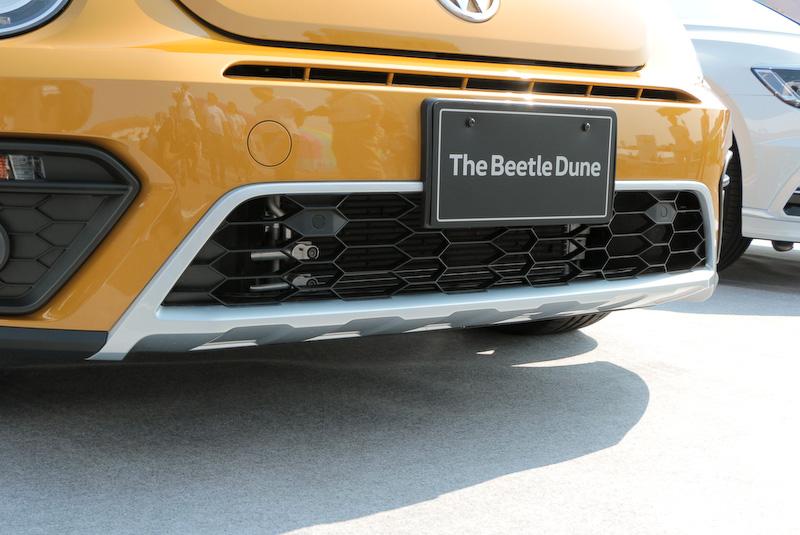 デューン専用のエクステリアとして、ハニカムフロントグリル、アンダーガード付フロント/リヤバンパー、ドアミラー<シルバー>、ホイールアーチエクステンション、サイドスカート、ストライプフィルム(サイド)、リアスポイラー、LEDテールランプ、235/45 R18タイヤ、8J×18インチアルミホイールを装備。専用サスペンションでは、標準車に比べ車高が15mm高くなっている。ボディサイズは4285×1825×1510mm(全長×全幅×全高)