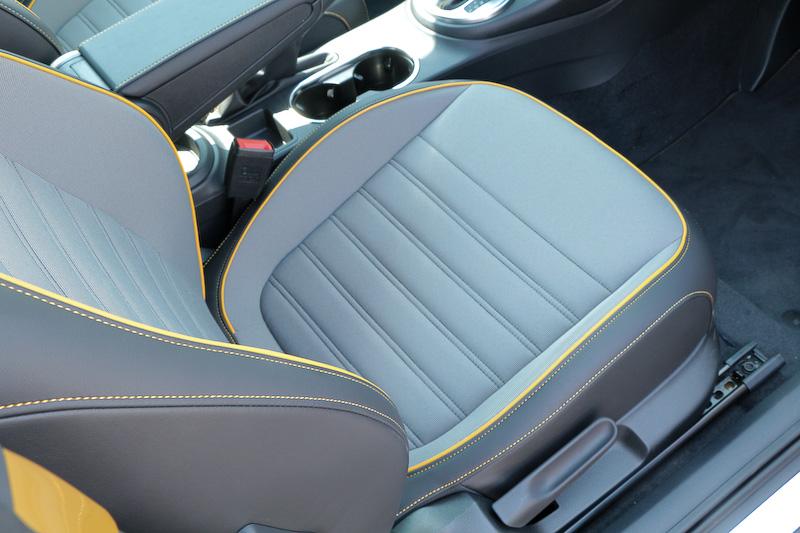 専用インテリアでは、インストルメントパネル(サンドストームイエロー)、ステアリングホイールトリム(ブラック)、ドアトリム(サンドストームイエロー)、デューン専用ファブリックスポーツシート(運転席/助手席)、レザー3本スポークマルチファンクションステアリングホイール(パドルシフト付き、オーディオコントロール付き、イエローステッチ)、レザーハンドブレーキグリップ+レザーシフトノブ(イエローステッチ)、センターアームレスト(前席、イエローステッチ)など、ボディカラーとコーディネイトされたものとなっている