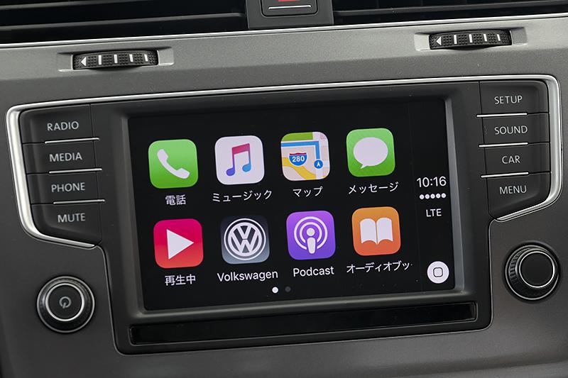 """iPhoneを接続してさまざまなサービスを受けることが可能なモバイルオンラインサービス""""Car-Net""""のデモンストレーションコーナー"""