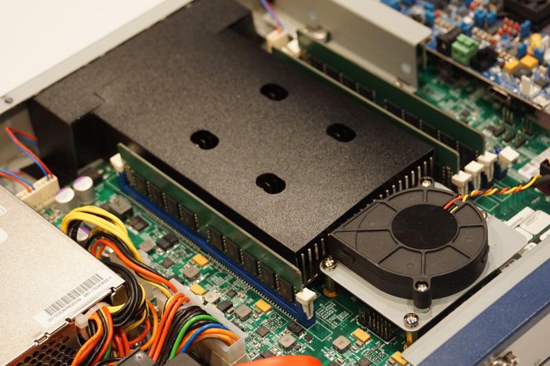 BlueBoxのアプリケーションプロセッサとなる「LS2088A」はヒートシンクの下にある。8つのCortex-A72(2GHz)と強力な演算性能を実現している