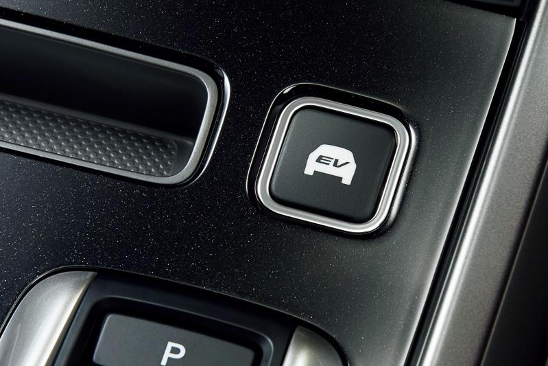 エンジン始動を抑制し、モーターのみで走行するための「EVスイッチ」。エレクトリックギアセレクターの採用に伴い運転席側前方に移動した