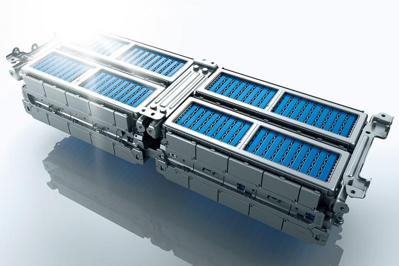 走行用リチウムイオンバッテリーの小型・軽量化と形状の工夫により、ユーザーから不満点として挙げられていたトランク容量の改善を実現。9型ゴルフバッグが4個入るようになった
