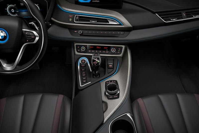 センターコンソールやドアトリムなどにカーボントリムを使い、ブラック・セラミック・セレクターレバーを装着