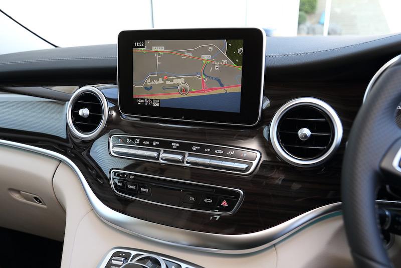 8.4インチのディスプレイを持つインフォテインメントシステム「COMANDシステム」は、センターコンソールのコントローラーで操作を行なう。ディスプレイにはナビや車両設定、燃費などのほか、インターネット接続による天気情報などの表示も可能