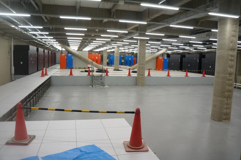 すでに工事している2社のスペース。奥側の会社のスペースはすでにラックが並び、手前の会社のスペースは工事中