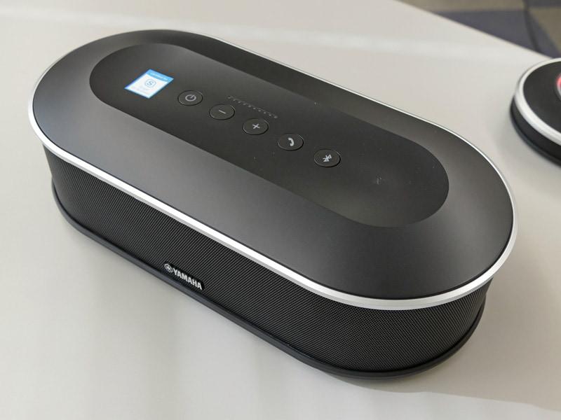 「Skype for Business」向けマイクロソフト認定モデルYVC-1000MS。製品上面に認定ロゴシールが貼られているのがわかる