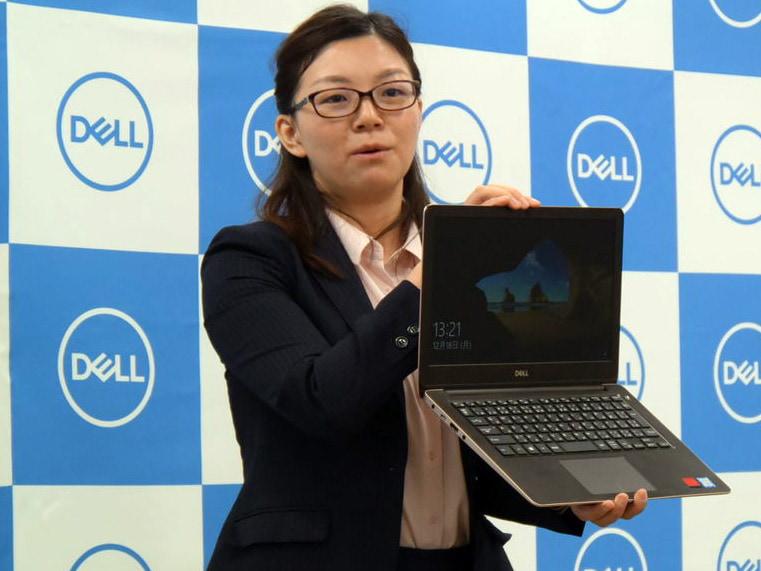 「New Vostro 13 5000(5370)」を手にする、デルの楊敏氏