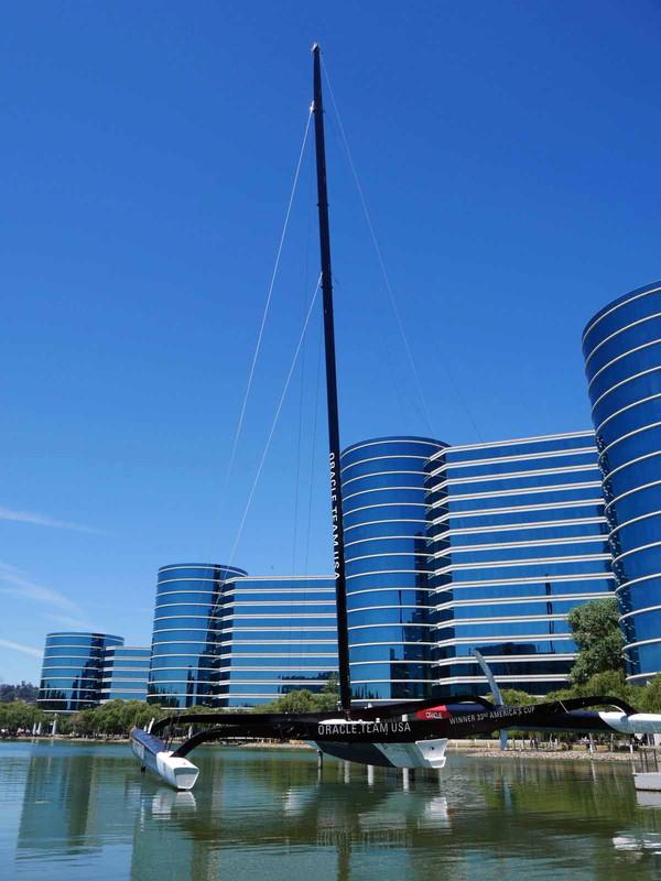本社内の池にはラリー・エリソン氏率いるチームUSAのヨットが置かれている